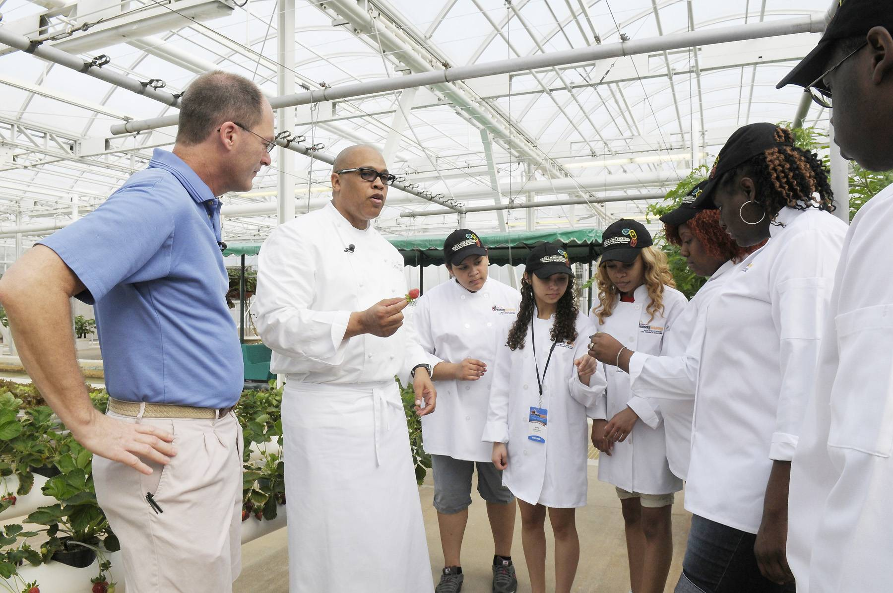 Recipe for Success - Celebrity chef Jeff Henderson explained the value of fresh herbs and vegetables in every meal to the students. Dreamers then joined Henderson in the kitchen and prepared a healthy meal for their fellow students on March 9. (Photo: Phelan Ebenhack)