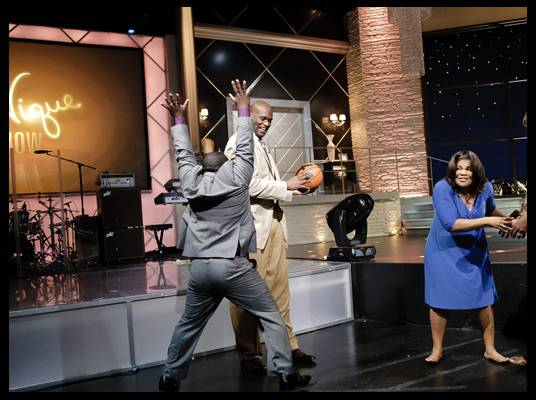 Basketball - Mo?Nique challenges Lucille and Shaquille to a free throw challenge.