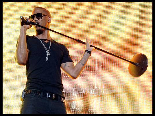 Trey Songz in L.A. - It?s time to turn up the energy. Trey grabs the mic stand and gets into the music.
