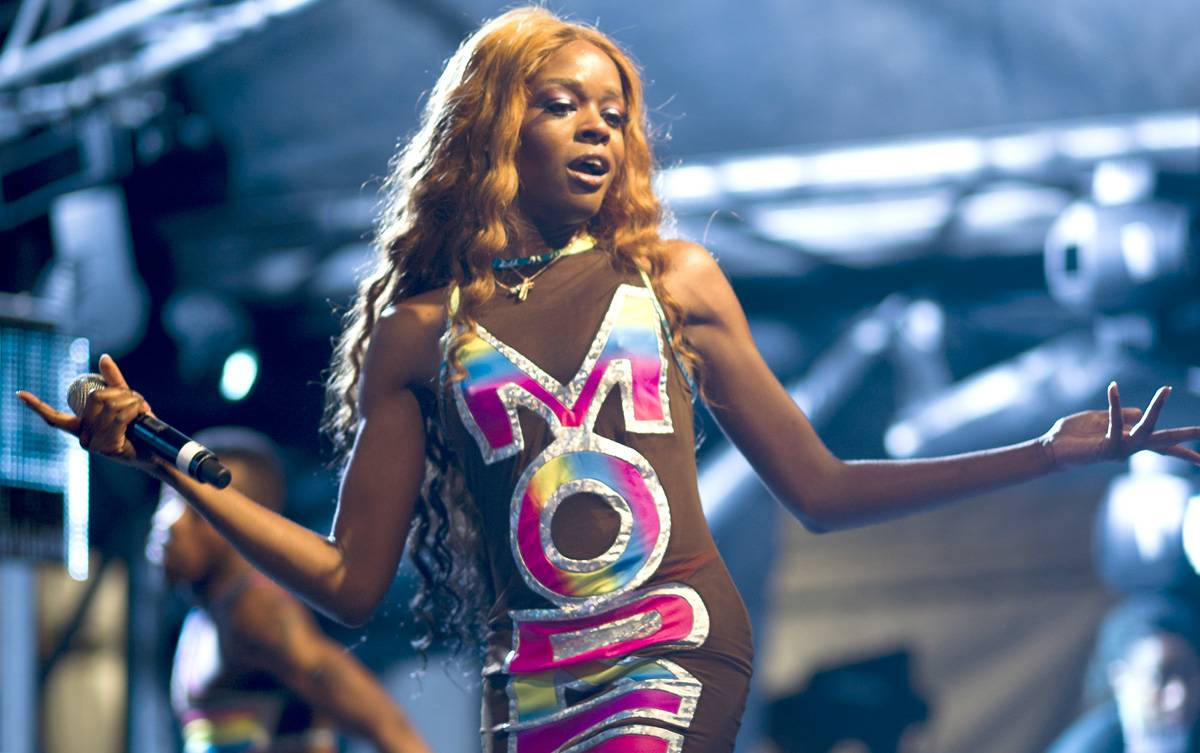 """Azealia Banks, @AZEALIABANKS - Tweet: """"awwwwwww they're flowers from @DonaldGlover !!!""""Azealia Banks has a """"secret"""" admirer. Early Thursday morning she received a special delivery from a southern gentleman, Childish Gambino.(Photo: Marc Grimwade/WireImage/Getty Images)"""