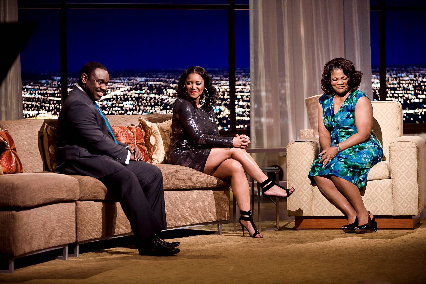 """Proclamation From One Queen to Another - Not one to simply soak in pleasantries, Jones makes sure to exchange her own with Mo?Nique, calling her ?one of the sexiest women on talk show television.""""(Photo: Darnell Williams/BET)"""