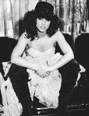 Alicia Keys - Even in black and white, Alicia Keys shines!