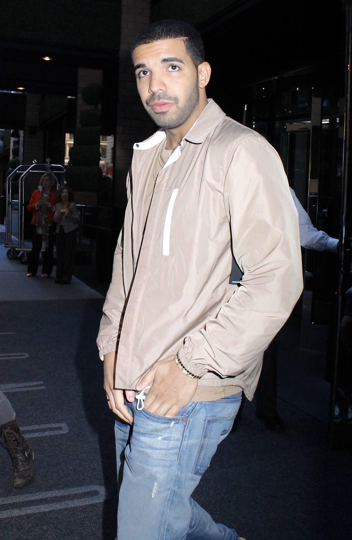 """Drake @Drake - Tweet: """"Thanks to @BET for the 5 awards!""""(Photo: Fortunata / Splash News)"""