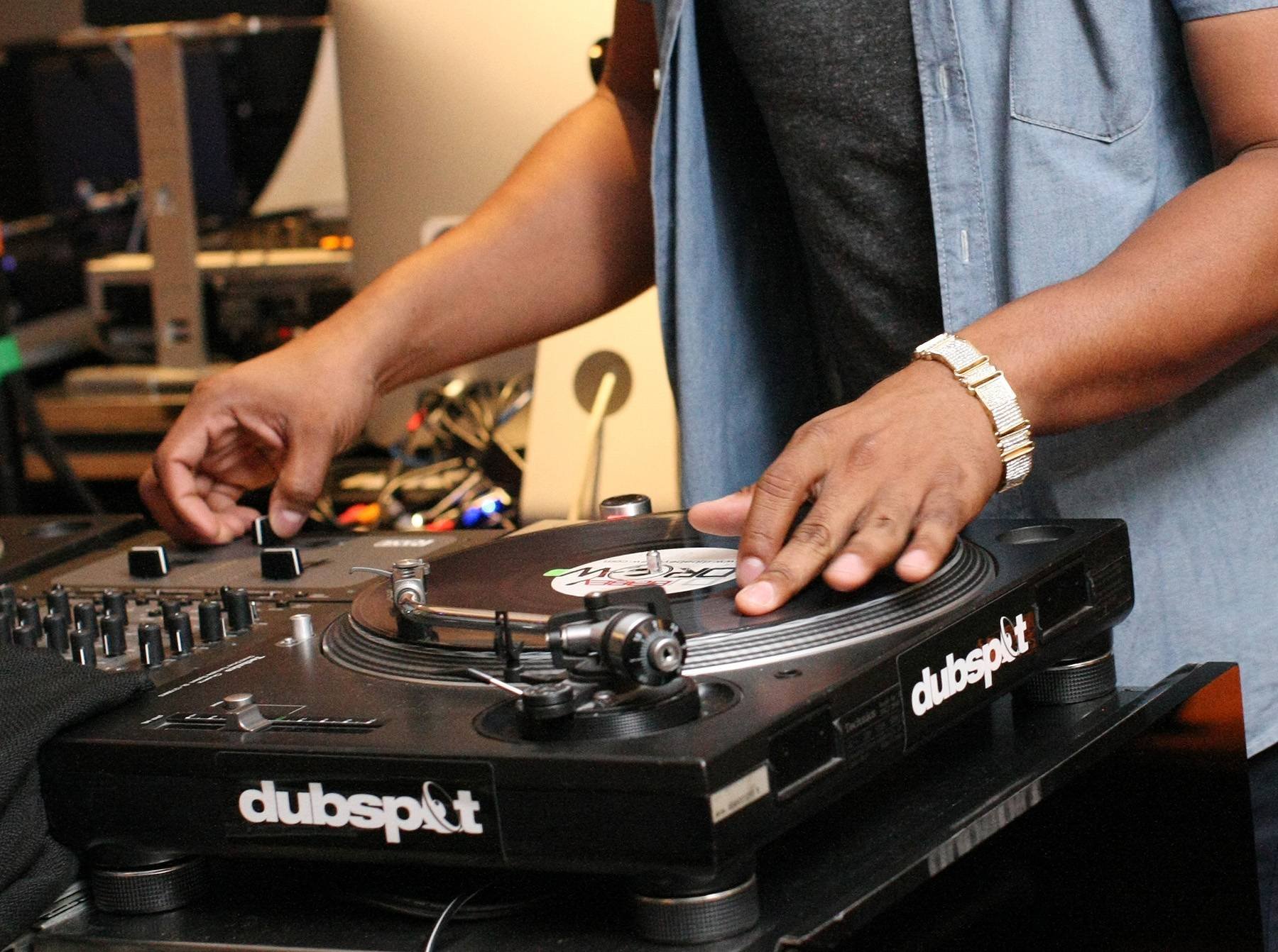 /content/dam/betcom/images/2013/09/Shows/106-and-Park-09-11-09-20/091313-shows-106-park-dubspot-dj-turntables-spinning.jpg