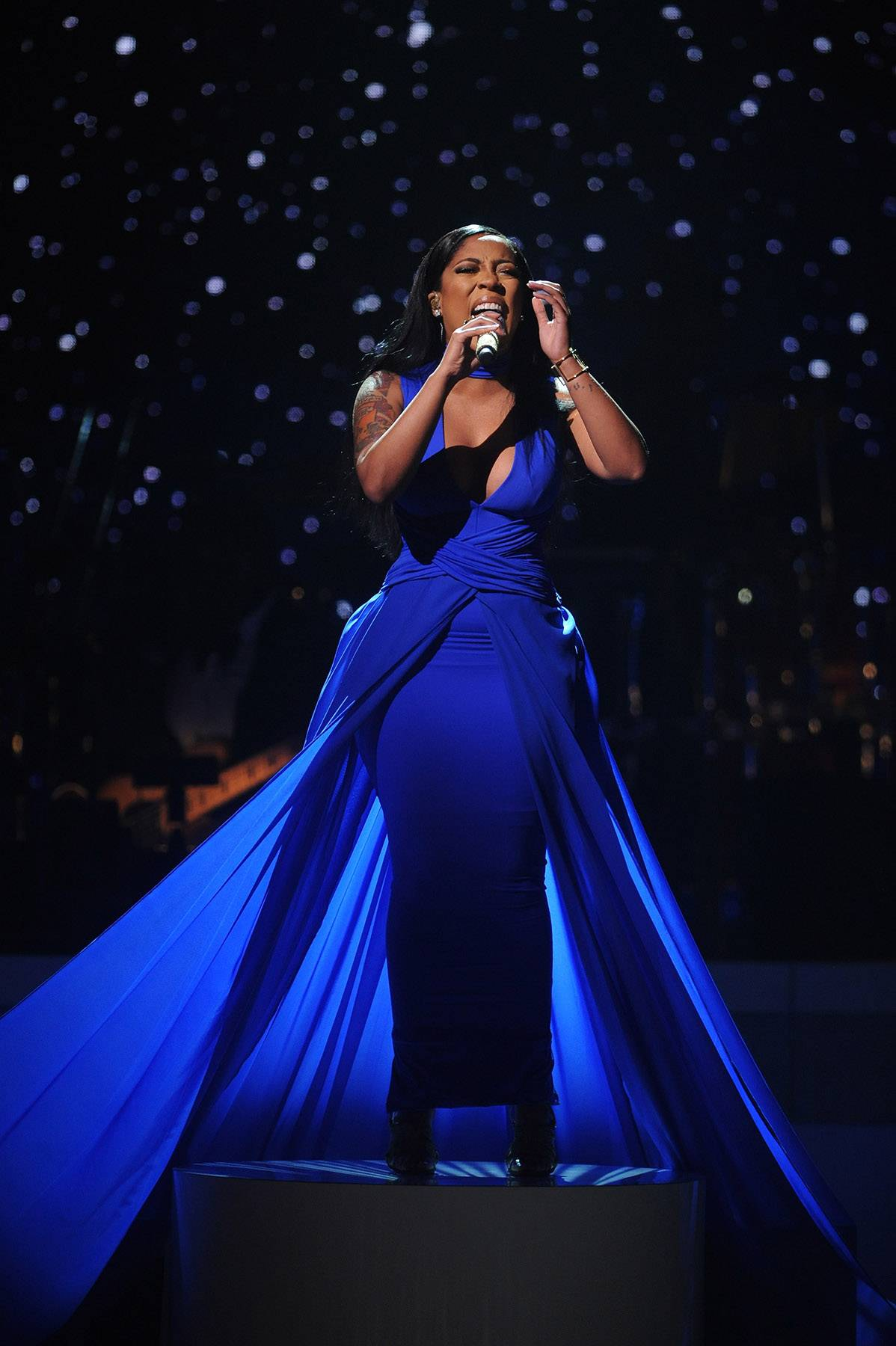 """Gone With the Wind - Singer K. Michelle performed in royal blue dress that took over the stage. Her vocals were on point as she performed """"Judge Me"""" for the honorees. (Photo: Brad Barket/BET/Getty Images for BET)"""